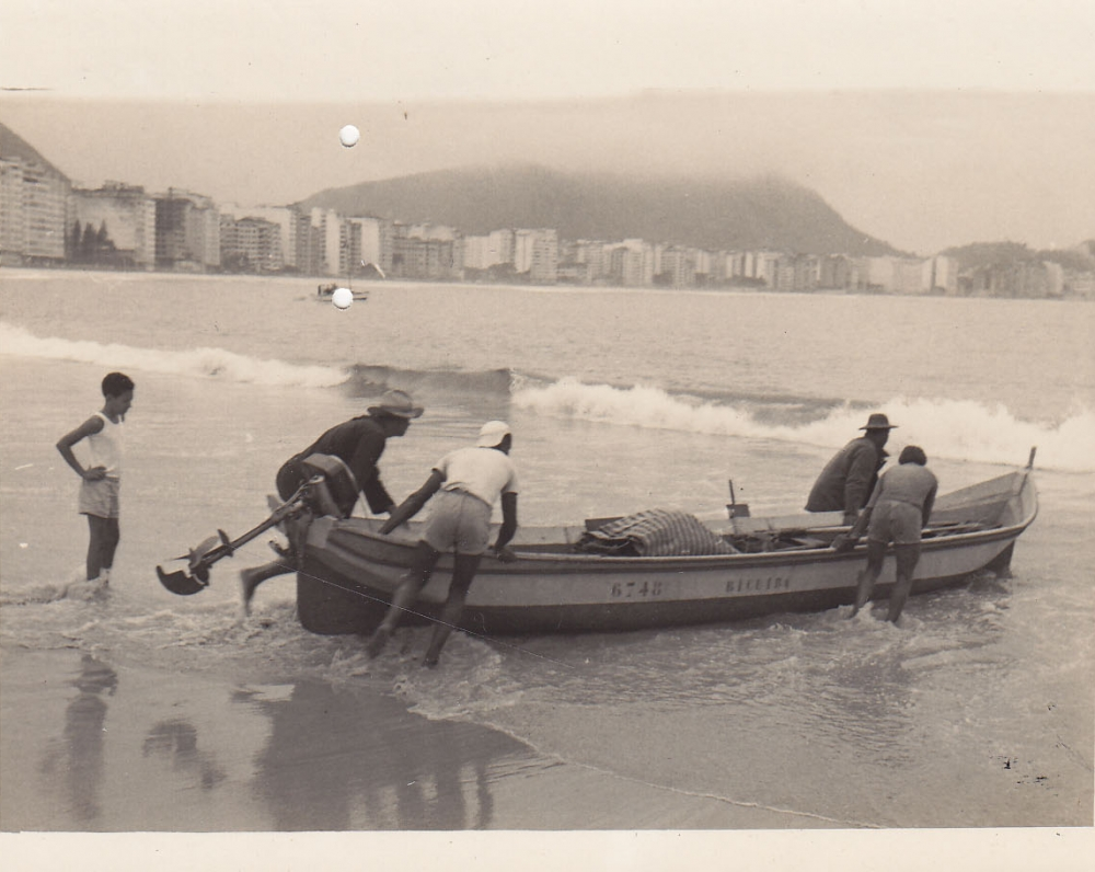 Žvejai stumia valtį į jūrą. Brazilija, apie 1946–1950 m.