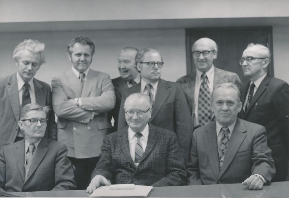 Lituanistikos instituto suvažiavimas Filadelfijoje. Apie 1960 m. Sėdi: A. Plateris, J. Puzinas, V. Maciūnas; stovi iš kairės: K. Ostrauskas, T. Remeikis, V. Trumpa, R. Šilbajoris, B. Vaškelis, L. Dambriūnas