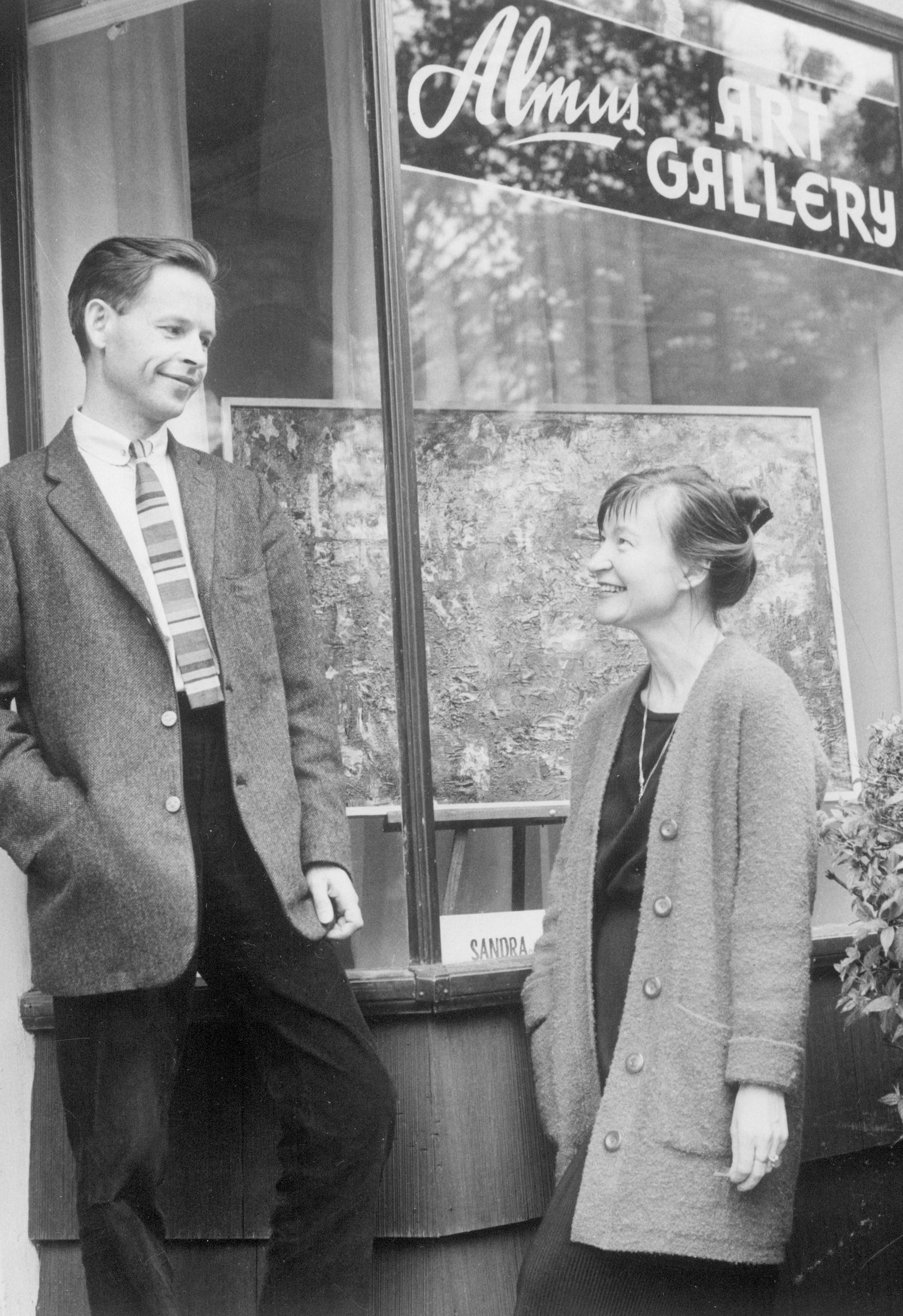 Su žmona Aleksandra prie galerijos, kur vyko jos paroda