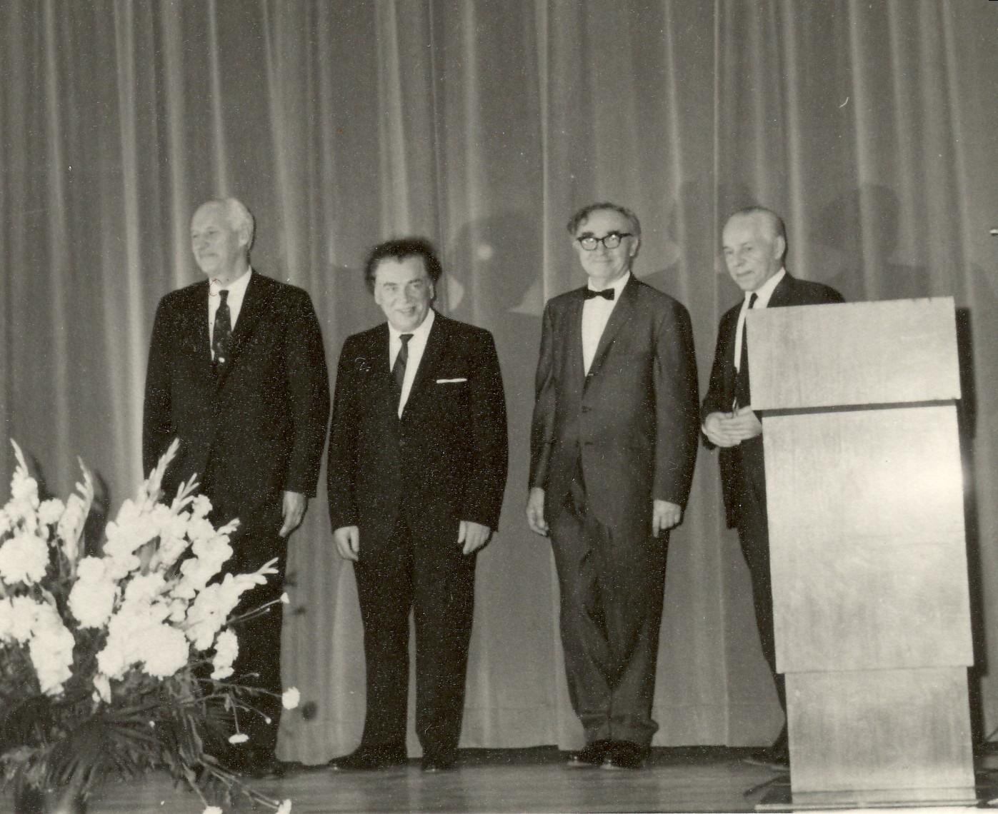 """""""Ketveriukės"""" koncertinė programa Toronte 1968 m. Iš kairės: S. Santvaras, A. Gustaitis, B. Brazdžionis, P. Andriušis"""