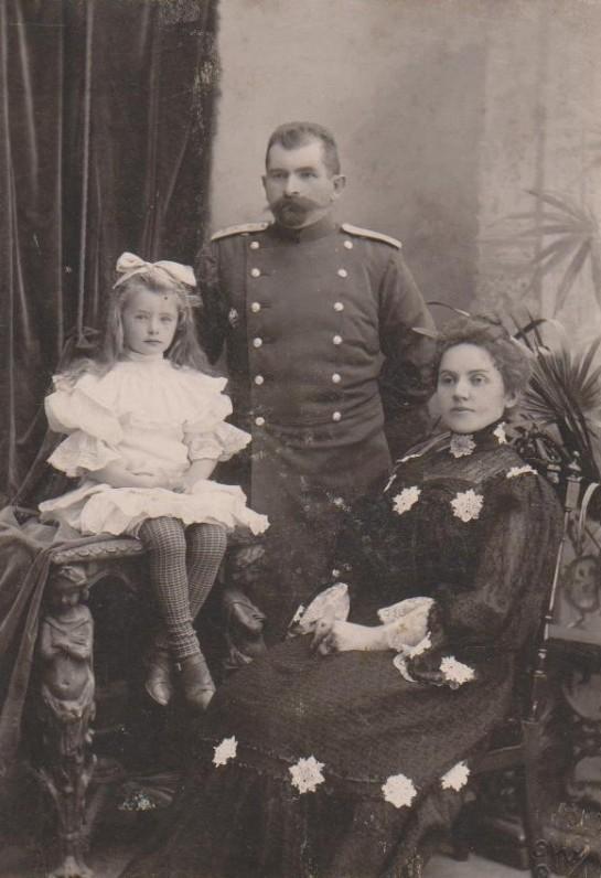 u tėvais Jadvyga ir Kazimieru Daugirdais. Podolės Kamenecas. 1907 m.