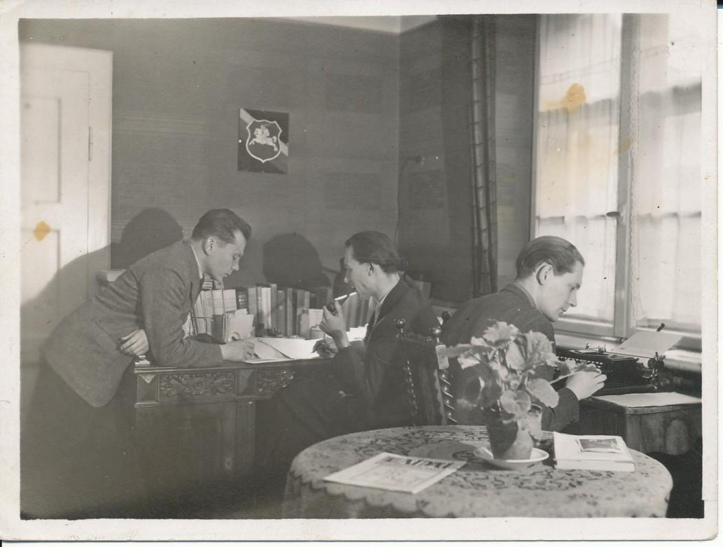 """""""Aidų"""" redakcija ir administracija. Miunchenas. 1947 m. K. Bradūnas, leidėjas V. Bieliauskas, administratorius ir sekretorius A. Pauliukonis"""