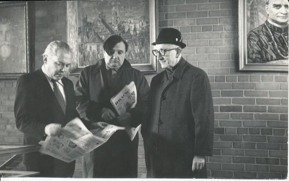 """""""Draugo"""" redaktoriai. Čikaga. Apie 1965 m. K. Bradūnas, A. Baronas, kun. J. Prunskis. V. Maželio nuotrauka"""