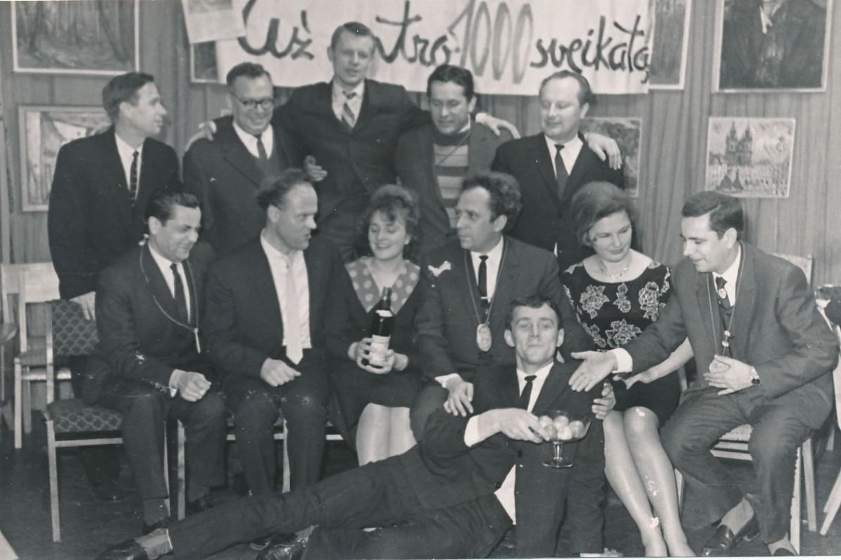 """""""Literatūros ir meno"""" redakcijos darbuotojų šventė išleidus 1000-ąjį savaitraščio numerį. J. Aputis sėdi antras iš kairės. Apie 1965 m."""