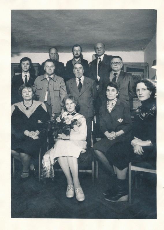 """""""Pergalės"""" žurnalo redakcijos darbuotojai. J. Aputis – trečioje eilėje pirmas iš kairės. Vilnius. 1985 m."""