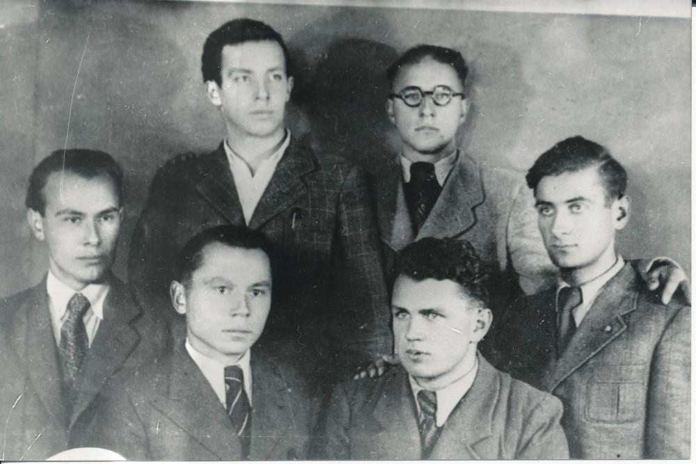 """Vytauto Didžiojo universiteto """"Šatrijos"""" draugijos literatai. 1942 m., Vilnius. Pirmoje eilėje – P. Jurkus, K. Bradūnas, M. Indriliūnas, V. Mačernis. Antroje eilėje – E. Matuzevičius ir B. Krivickas"""