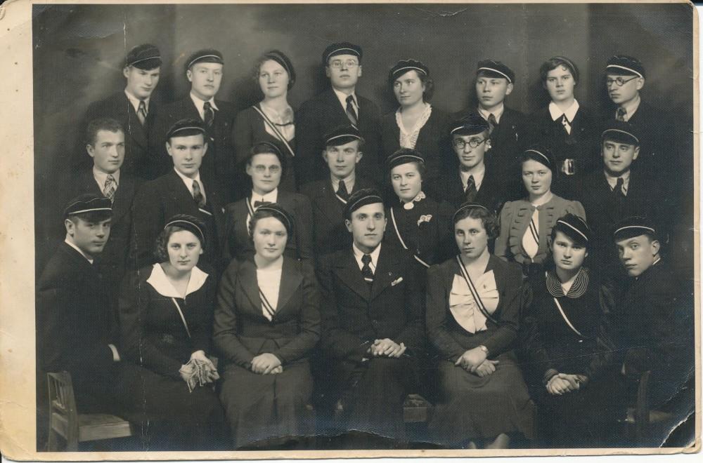 """Studentų ateitininkų meno draugijos """"Šatrija"""" nariai. Kaunas. Apie 1939 m. K. Bradūnas stovi trečioje eilėje antras iš dešinės; antroje eilėje trečias iš karės – P. Jurkus; pirmoje eilėje – centre sėdi Č. Grincevičius"""