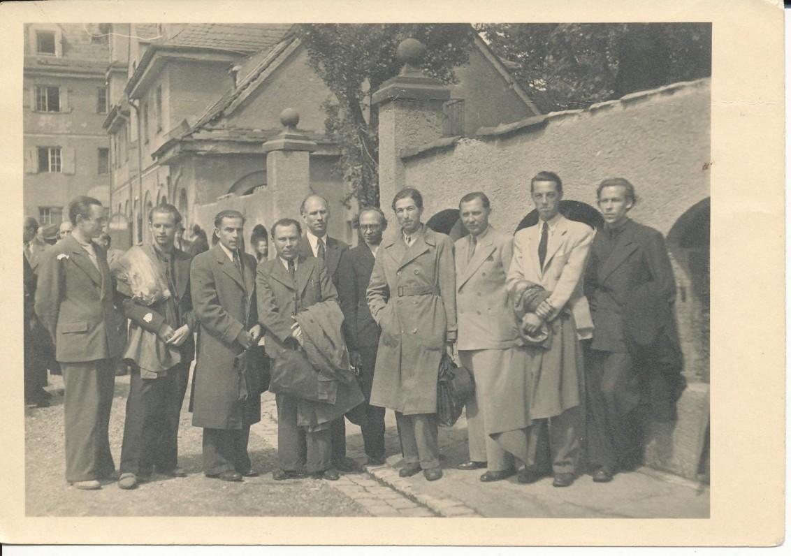 """Leidyklos """"Patria"""" savininkas J. Lenktaitis ir jo išleistų knygų autoriai lietuvių rašytojų suvažiavimo metu. Augsburgas. 1947 07 11–12. P. Osmolskis, A. Nyka-Niliūnas, B. Gražulis, K. Bradūnas, S. Santvaras, B. Brazdžionis, J. Lenktaitis, V. Ramonas, A. Škėma, H. Nagys"""