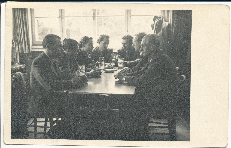 Rašytojų jaunesnioji karta LRDT suvažiavimo pertraukos metu. Augsburgas. 1947 07 11–12. K. Bradūnas, J. Girnius, H. Nagys, A. Nyka-Niliūnas, dailininkas V. Petravičius, J. Kaupas, M. Bavarskas. Don Šulaičio nuotrauka