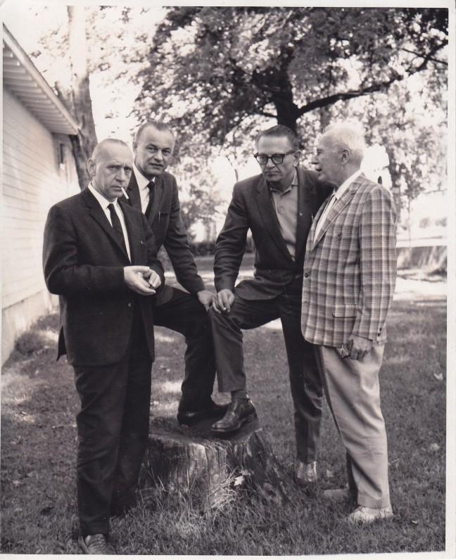 """Santaros-Šviesos federacijos suvažiavime Tabor Farmoje (Mičigano valstija) 1965 m. A. J. Greimas; """"Dirvos"""" redaktorius V. Gedgaudas; žurnalistas, rašytojas B. Raila; Tabor Farmos savininkas J. Bačiūnas"""