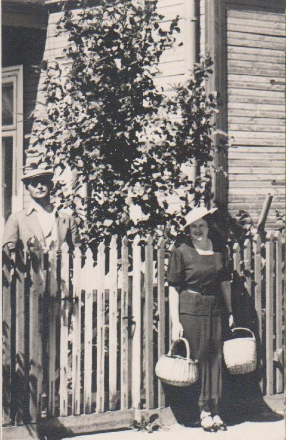 B. Sruoga ir V. Daugirdaitė-Sruogienė prie Žemuogių g. namo nr. 4 a., kuriame gyveno 1927–1938 m. Kaunas, apie 1935