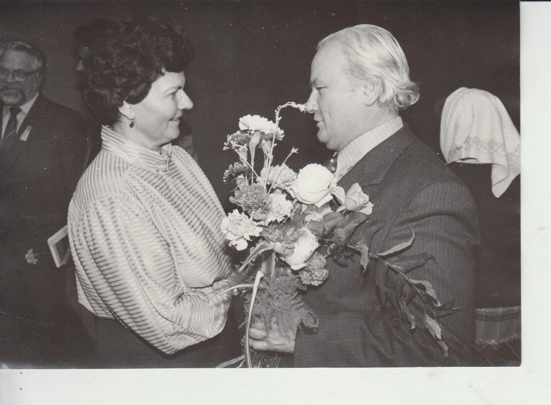 60-mečio proga rašytoją sveikina raudondvarietė V. Puraitė 1987 m.