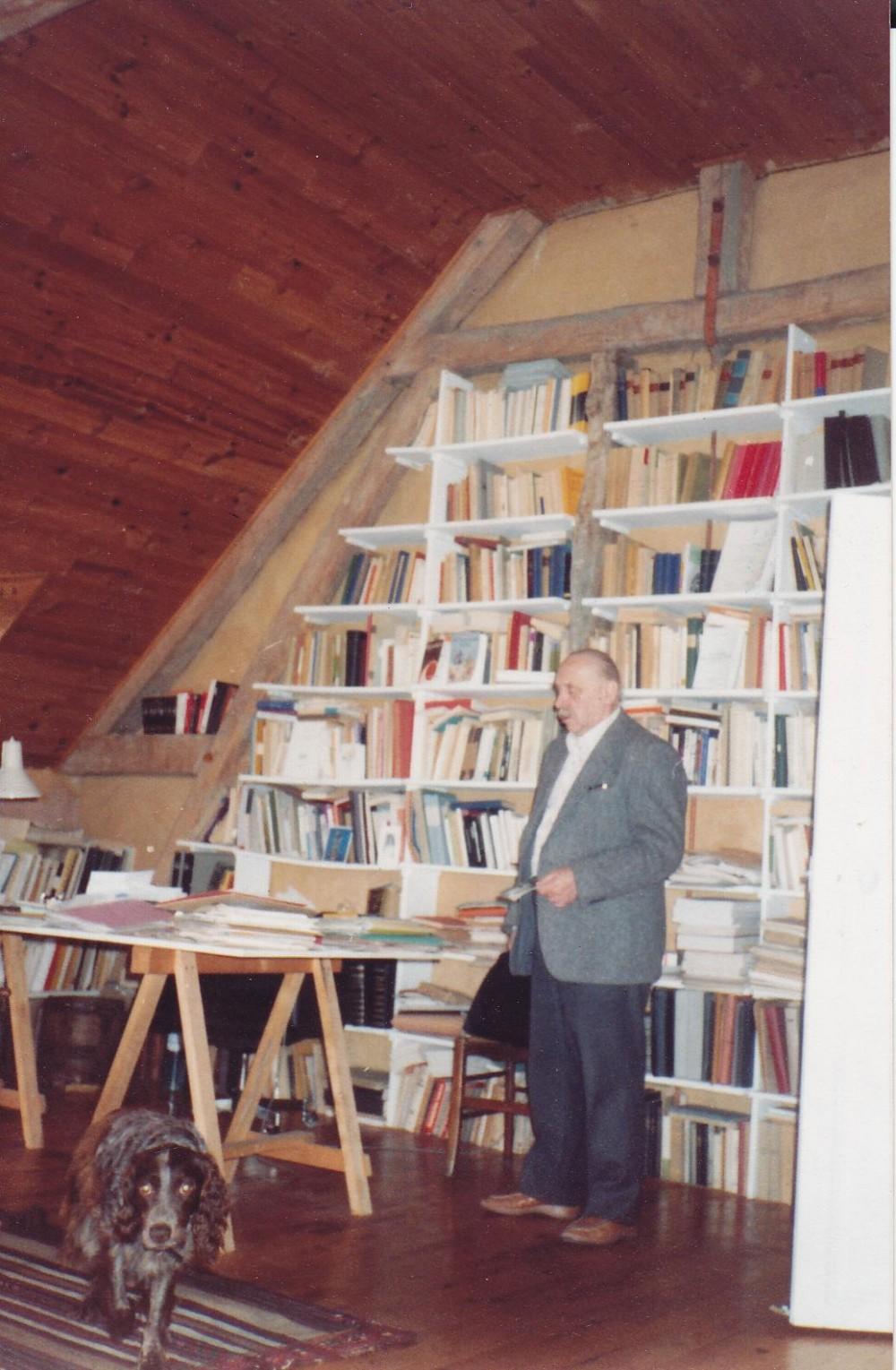 """A. J. Greimas savo namuose Paryžiuje 1982 m. Užrašas """"Rudis, aš ir mano """"bibliotekos"""" palėpėje kampas"""""""