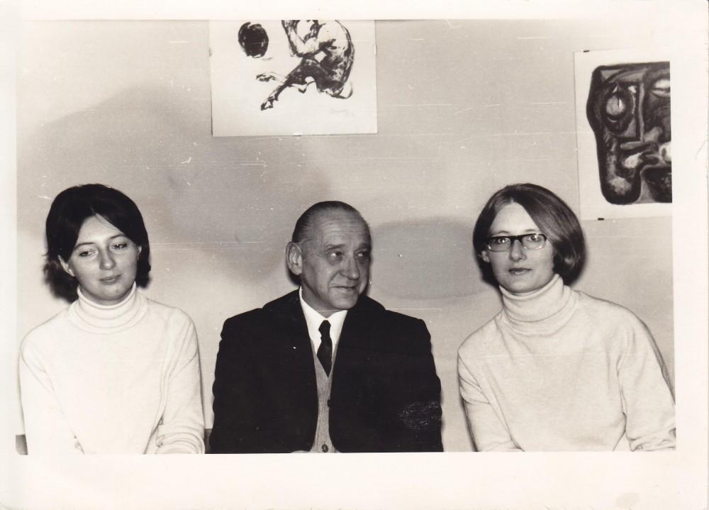 A. J. Greimas su dukterėčiomis Rimute ir Dalia Būtėnaitėmis jų namuose Vilniuje 1971 m.