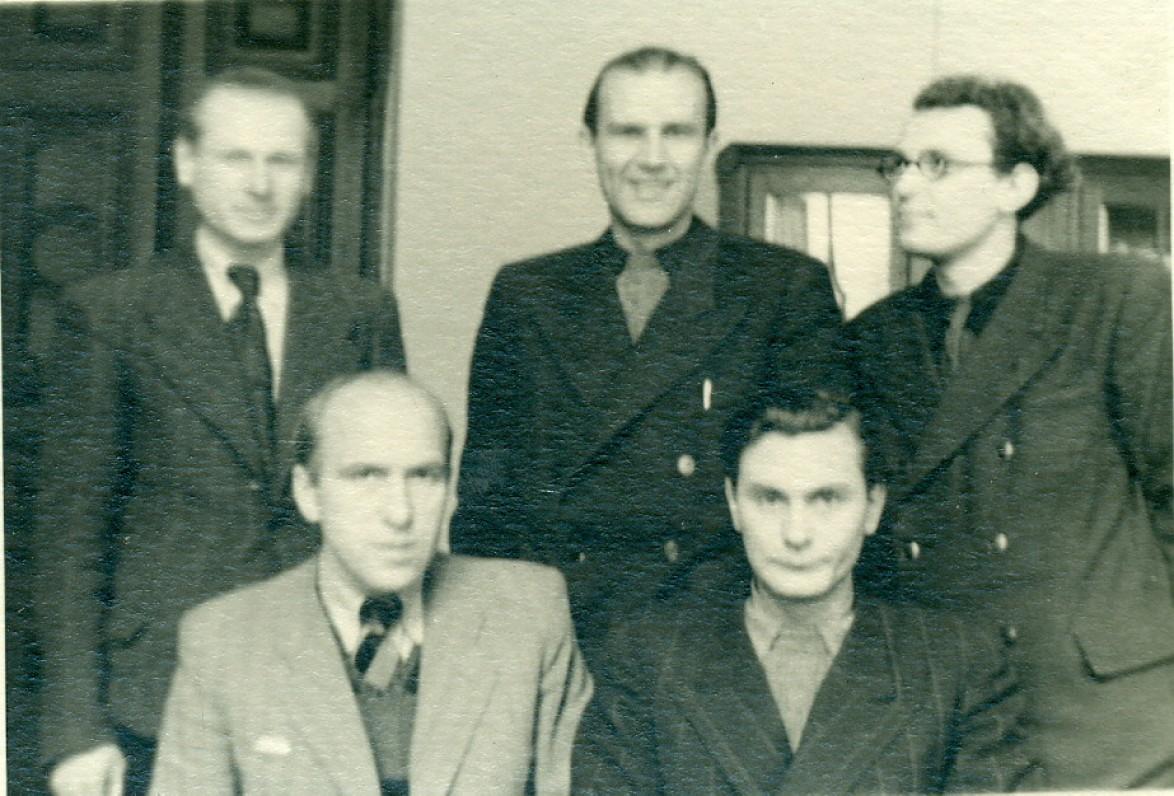 """A. Žukauskas, E. Mieželaitis, V. Miliūnas ir B. Jauniškis """"Literatūros ir meno"""" redakcijoje. Vilnius, 1946 m. Nuotrauka B. Jauniškio"""