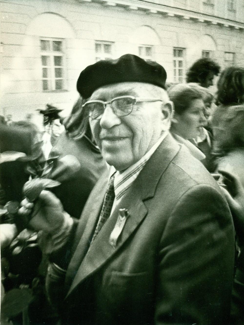 A. Žukauskas Poezijos pavasario metu. Vilnius, apie 1980 m. Nuotrauka A. Žižiūno