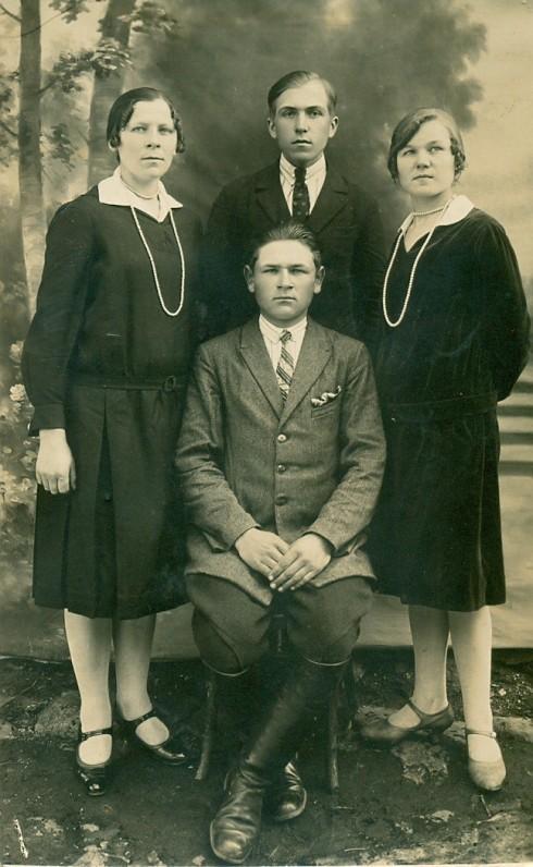 A. Žukauskas (stovi), sesuo Aldona Žukauskaitė (dešinėje), S. Vaitulionytė ir P. Vaitulionis. Seinai, Lenkija, 1928 m.