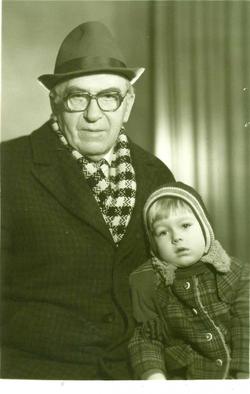 A. Žukauskas su anūkėliu Aurimu Nogiu. Vilnius, 1978 m.
