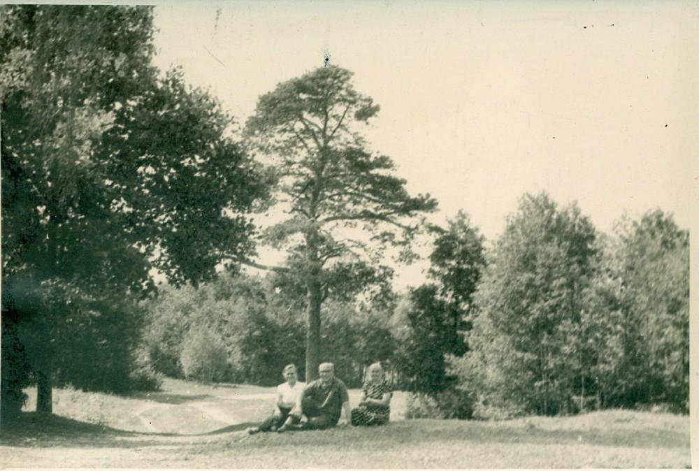 A. Žukauskas su giminėmis savo gimtinėje. Bubeliai, 1959 m. Nuotrauka A. Žukausko