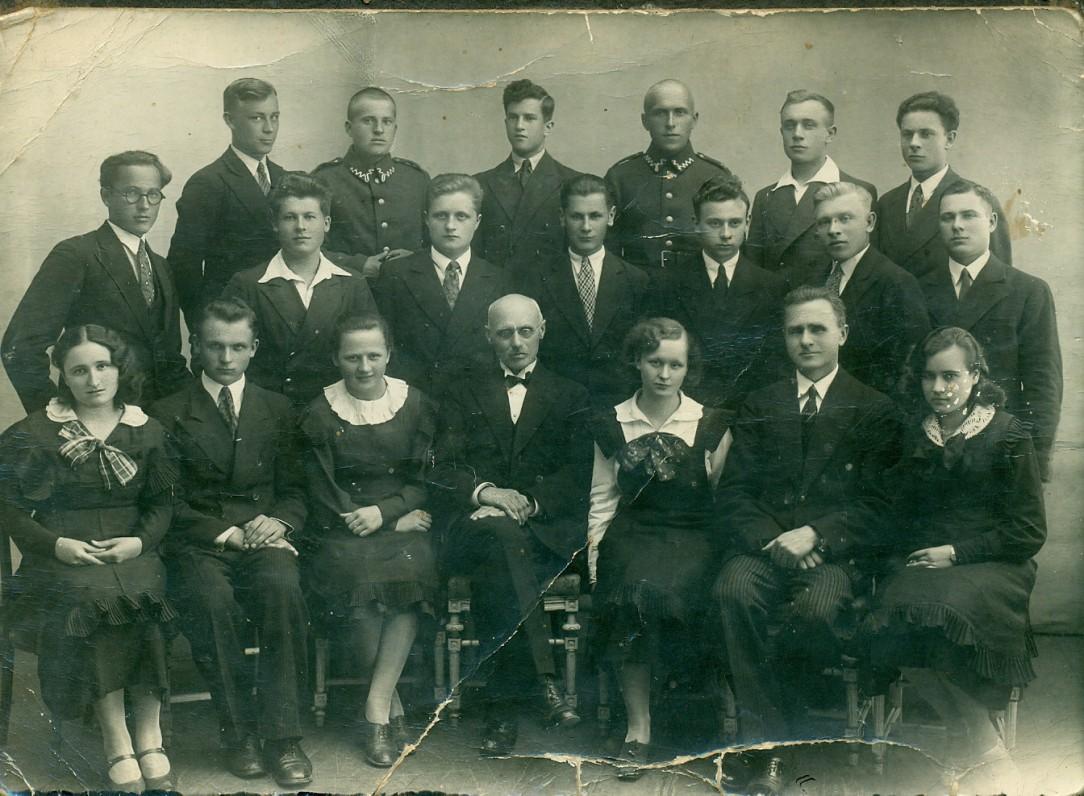 A. Žukauskas (trečioje eilėje trečias iš dešinės) su mokiniais ir mokytojais, baigęs Vytauto Didžiojo gimnaziją. Vilnius, 1935 m.
