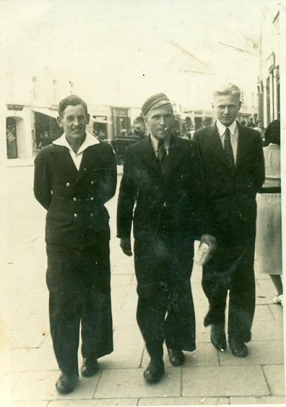 A. Žukauskas (viduryje) su broliu Juozu (dešinėje). Vilnius, 1936 m.