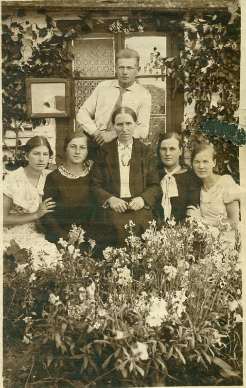 A. Žukausko motina, brolis ir seserys prie gimtosios trobos. Bubeliai, Lenkija, 1928 m.