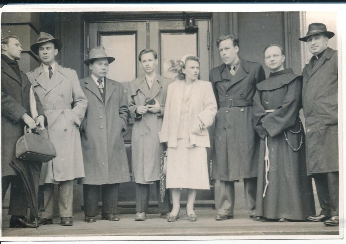 Antras iš kairės – P. Jurkus, K. Bradūnas, A. Nyka-Niliūnas, K. Bradūnienė, H. Nagys, L. Andriekus, V. Gidžiūnas. Apie 1955 m.