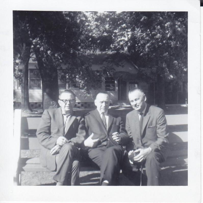 B. Raila, A. J. Greimas ir V. Gedgaudas Santaros-Šviesos suvažiavime Tabor Farmoje (Mičigano valstija). 1965 m.