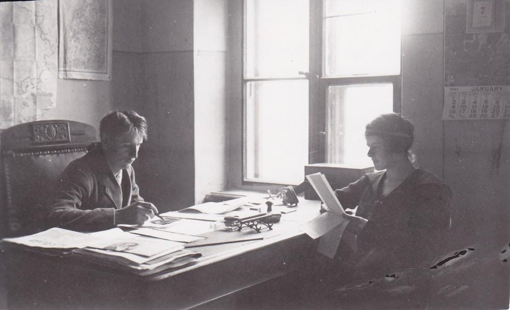 """B. Sruoga ir V. Daugirdaitė laikraščio """"Lietuva"""" redakcijoje. Kaunas, 1921 m."""