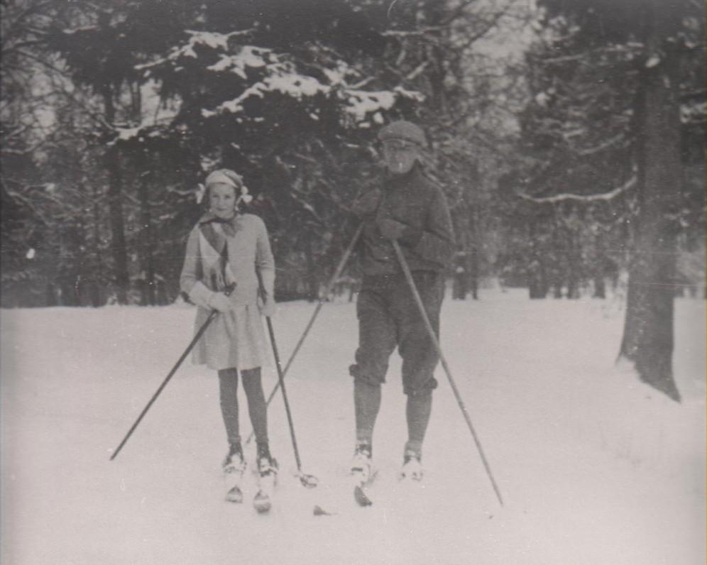 B. Sruoga su dukra Dalia. Kauno Ąžuolyne apie 1936 m.
