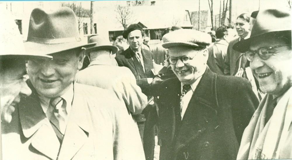 Baltarusių rašytojai A. Kulakovskis, M. Tankas, V. Vitka ir lietuvių rašytojai A. Žukauskas (dešinėje) ir V. Reimeris ( tolėliau) susitikimo su lietuvių rašytojais metu. Lietuva, apie 1958 m.