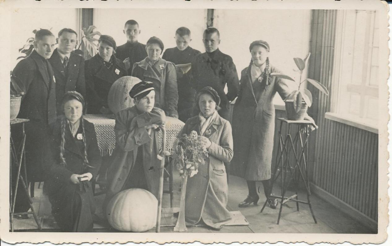 Gimnazistai ateitininkai pas kun. J. Dabrilą. Apie 1937 m. K. Bradūnas stovi antras iš kairės; dešinėje klūpo J. Švabaitė
