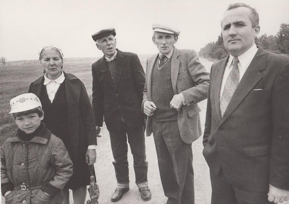 Gimtinėje. Iš dešinės Povilas Dirgėla, Petras Dirgėla, tėvas Stasys, mama Marija ir Petro sūnus Titas. 1984 m. R. Rakausko nuotrauka