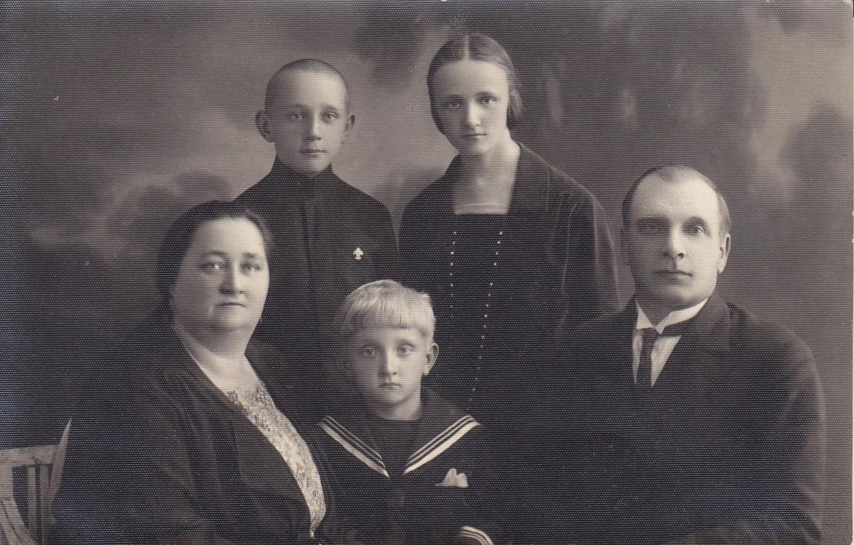 Greimų šeima. Mama Konstancija, Romas, tėvas Julius; antroje eilėje – Algirdas Julius ir Gražina. Šiauliai, 1929 06 24