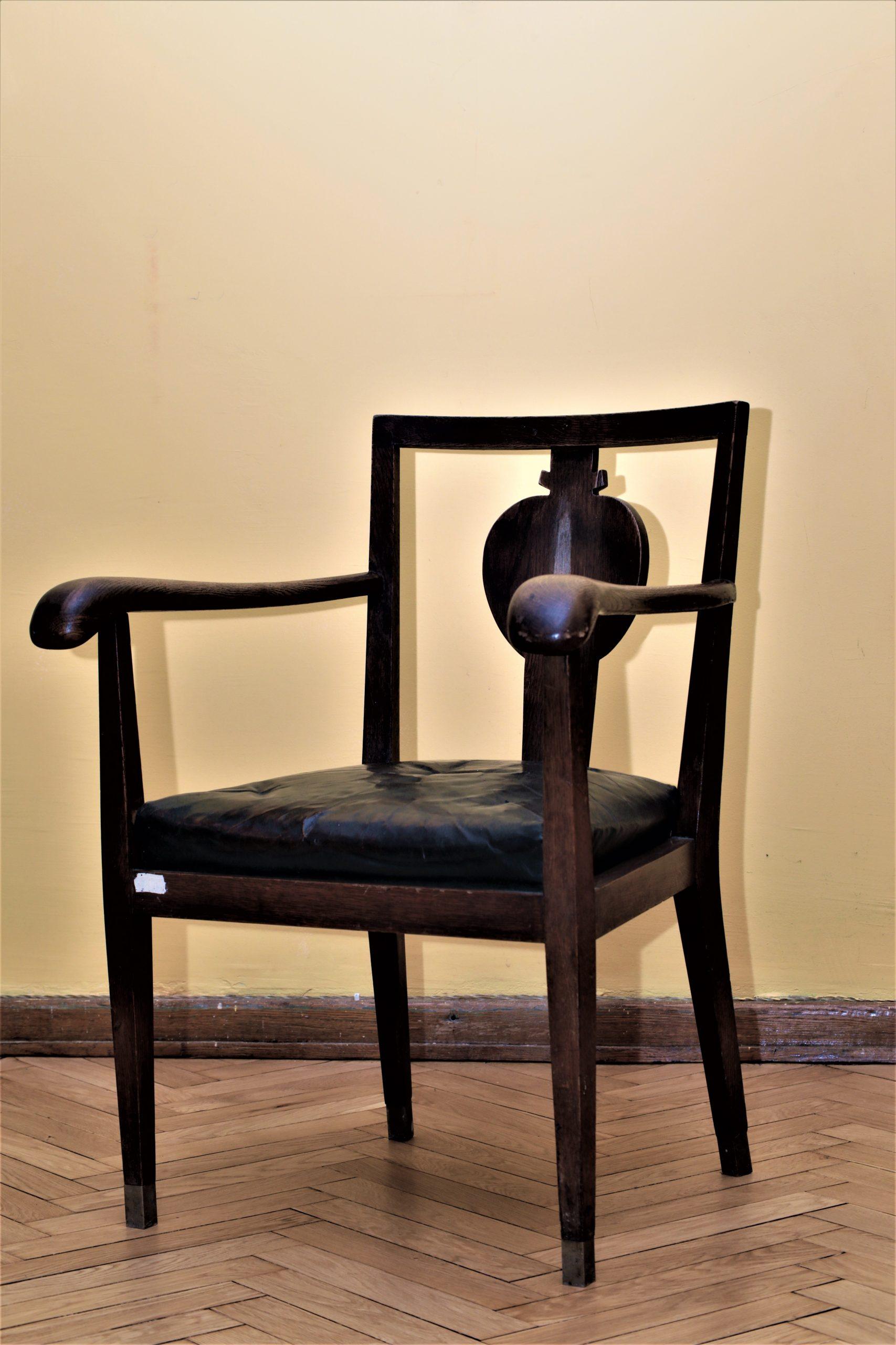 Kėdė iš Prekybos, pramonės ir amatų rūmų baldų komplekto (architektas V. Landsbergis-Žemkalnis)