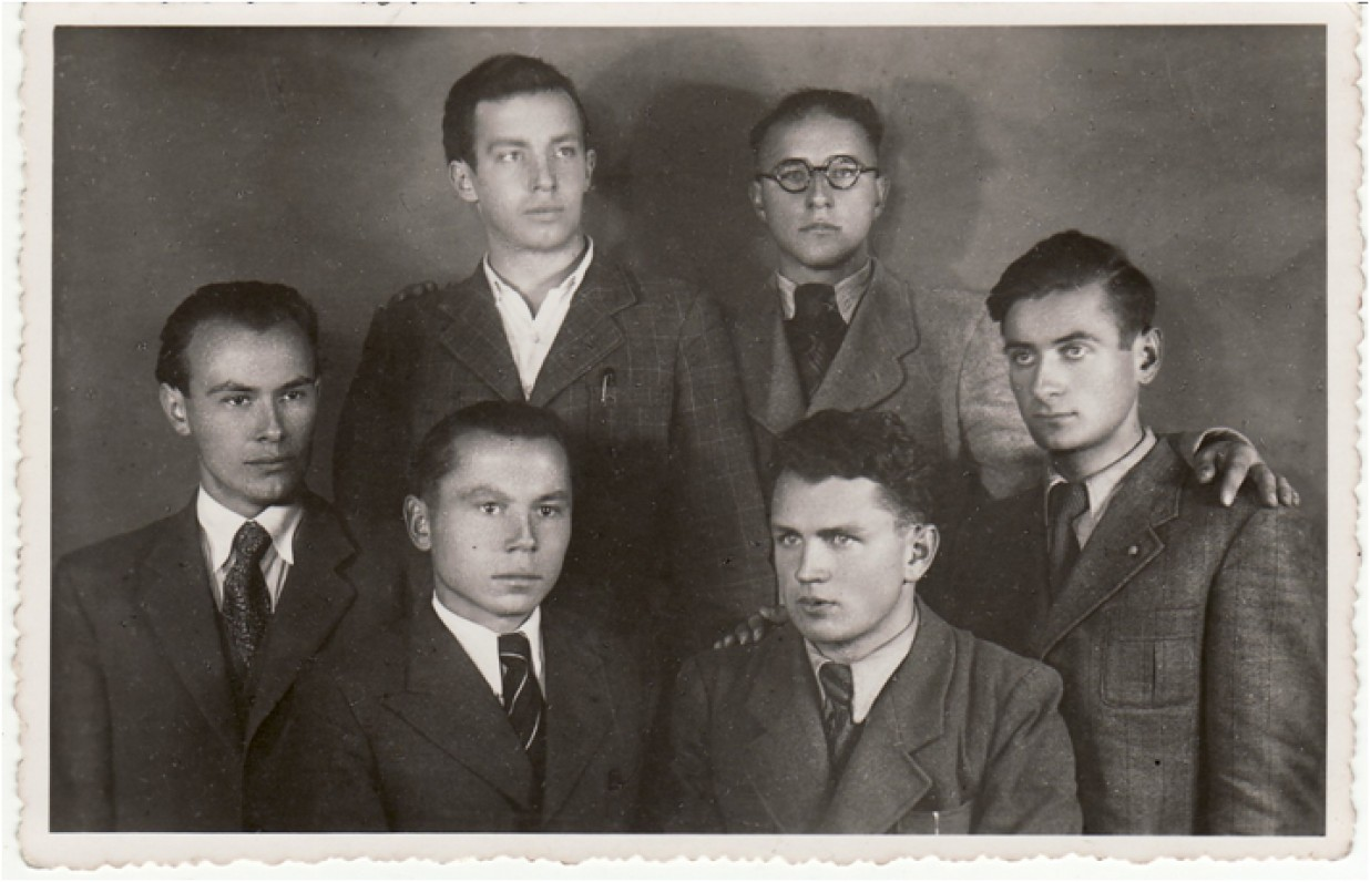 Iš dešinės – V. Mačernis, M. Indriliūnas, K. Bradūnas, P. Jurkus; antroje eilėje – B. Krivickas, E. Matuzevičius