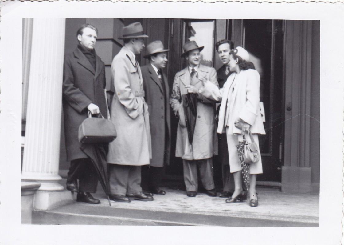 Iš kairės – neatp. asm., P. Jurkus, K. Bradūnas, J. Mekas, H. Nagys, K. Bradūnienė. Apie 1950 m.