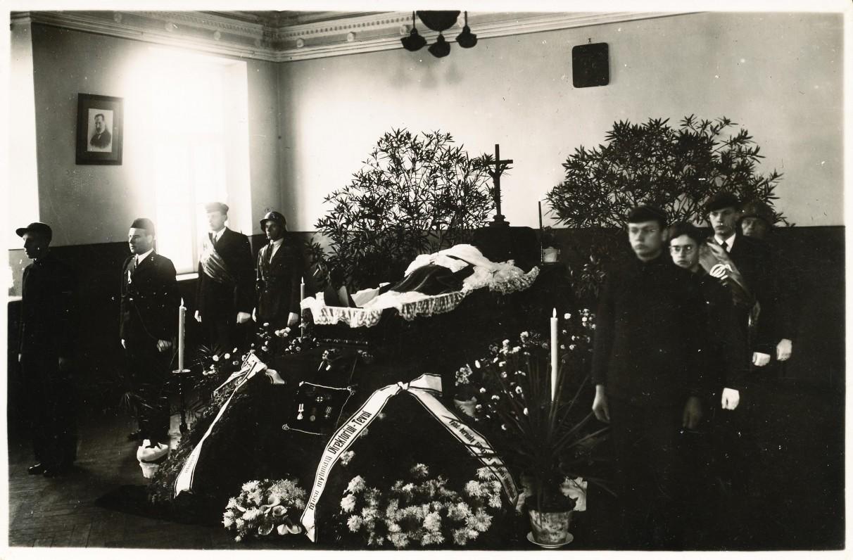 J .Lindė-Dobilas pašarvotas Panevėžio gimnazijos salėje. 1934 12 04. Nuotr. A. Patamsio