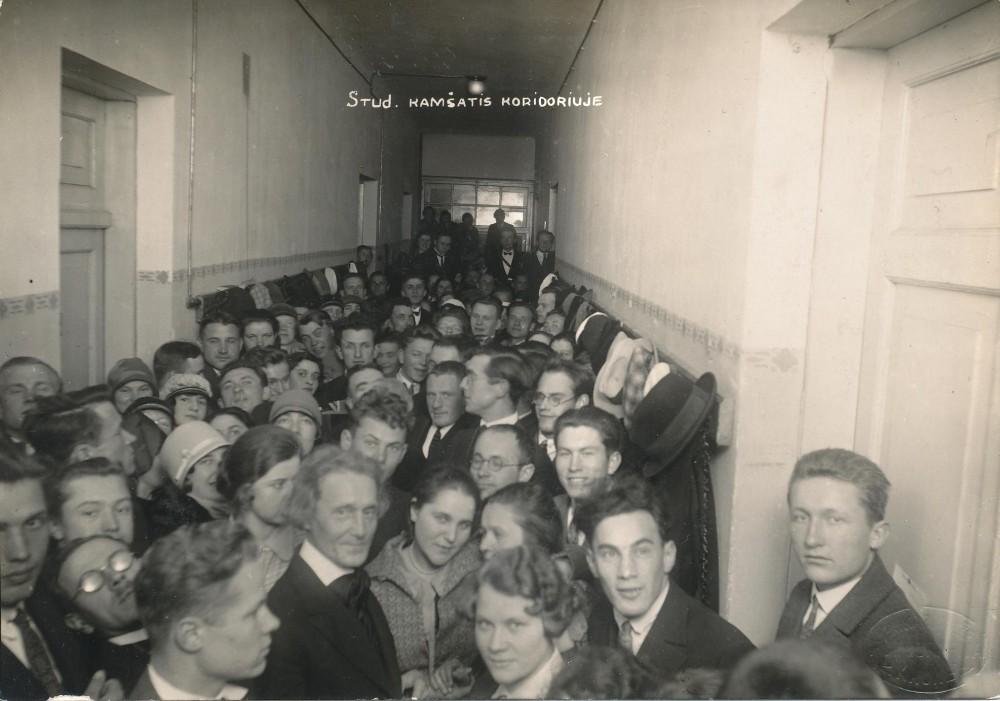 J. A. Herbačiauskas (centre) su Kauno universiteto studentais humanitarais. 1928 m. K. Baulo nuotrauka