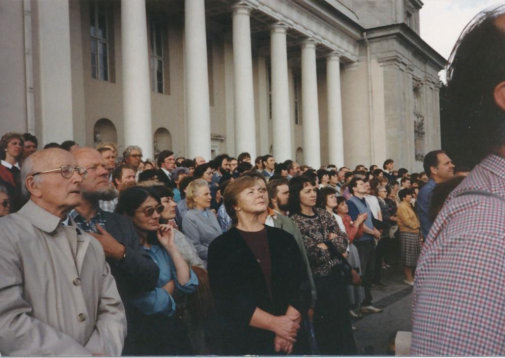 J. Aputis (antras iš kairės) Didžiajame Sąjūdžio mitinge prie Vilniaus Katedros. 1988 m. birželio 24 d.