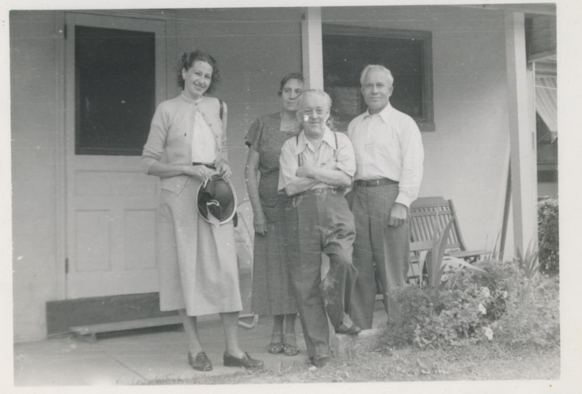 J. Vaičiulaitienė, V. Krėvės žmona Rebeka, V. Krėvė, A. Skučas. Filadelfija. Apie 1952 m.