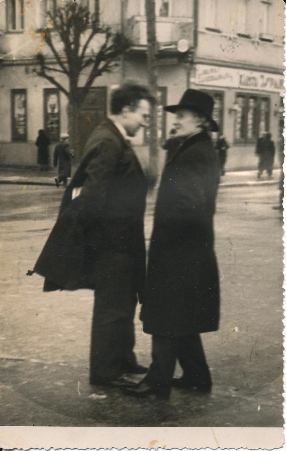 Jonas Marcinkevičius ir J. A. Herbačiauskas Laisvės alėjoje. Kaunas. 1924 m.