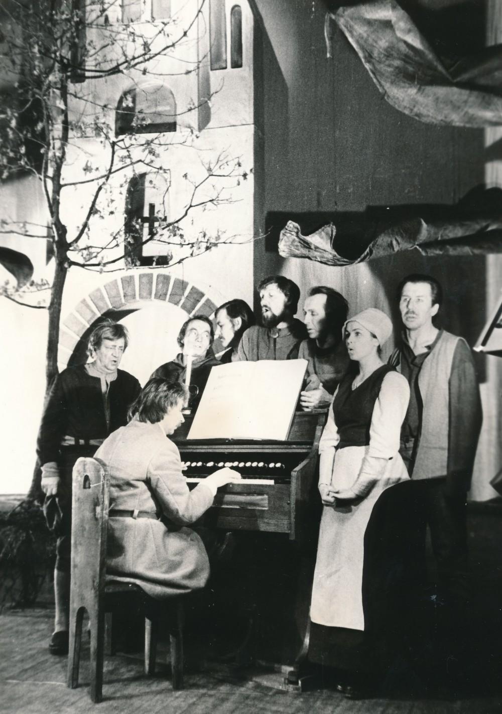 """Justino Marcinkevičiaus """"Mažvydo"""" pastatymas Klaipėdos dramos teatre (režisierius Povilas Gaidys). 1976 m."""