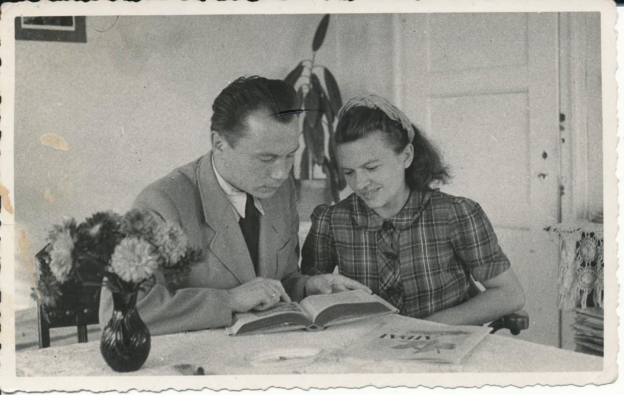 """K. ir K. Bradūnai savo bute Miunchene, redaguojant """"Aidus"""". 1947 m."""
