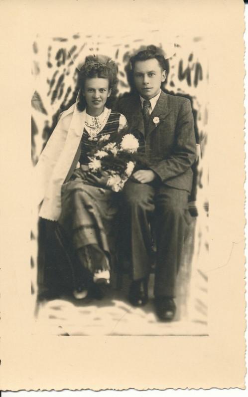 Kazimiera ir Kazys Bradūnai sutuoktuvių dieną Vilkaviškyje. 1943 09 25