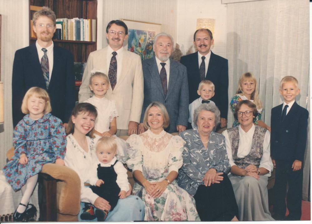 Kazys ir Kazimiera Bradūnai su savo vaikais ir jų šeimomis, švenčiant 50 metų vedybų sukaktį. Baltimorėje 1993 m.