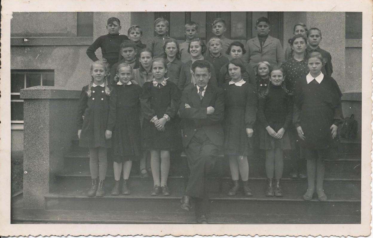 Kėdainių gimnazijos auklėtiniai. 1939 m. Pirmoje eilėje trečia iš kairės – Z. Nagytė