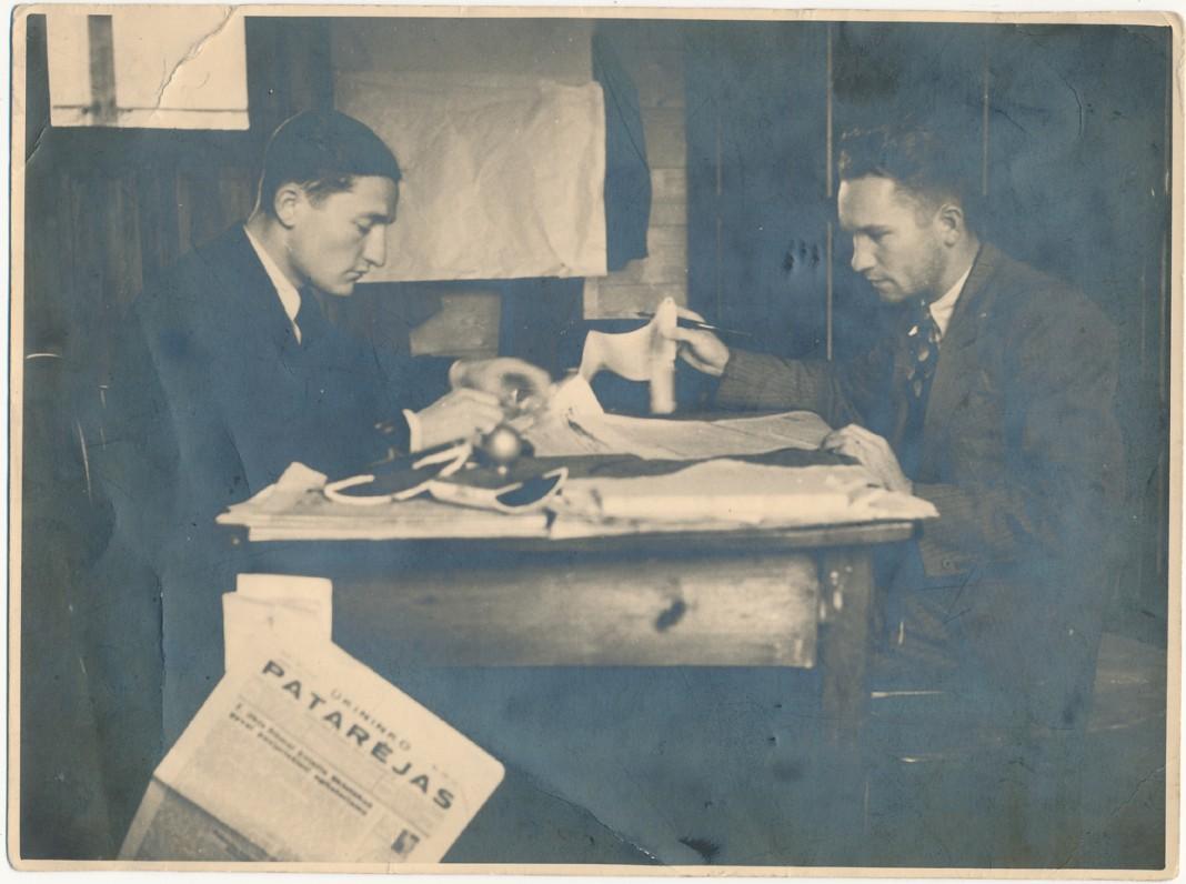 """Korektūras """"Spindulio"""" spaustuvėje skaito V. Šiugždinis (kairėje) ir V. Bružas. 1937 m."""