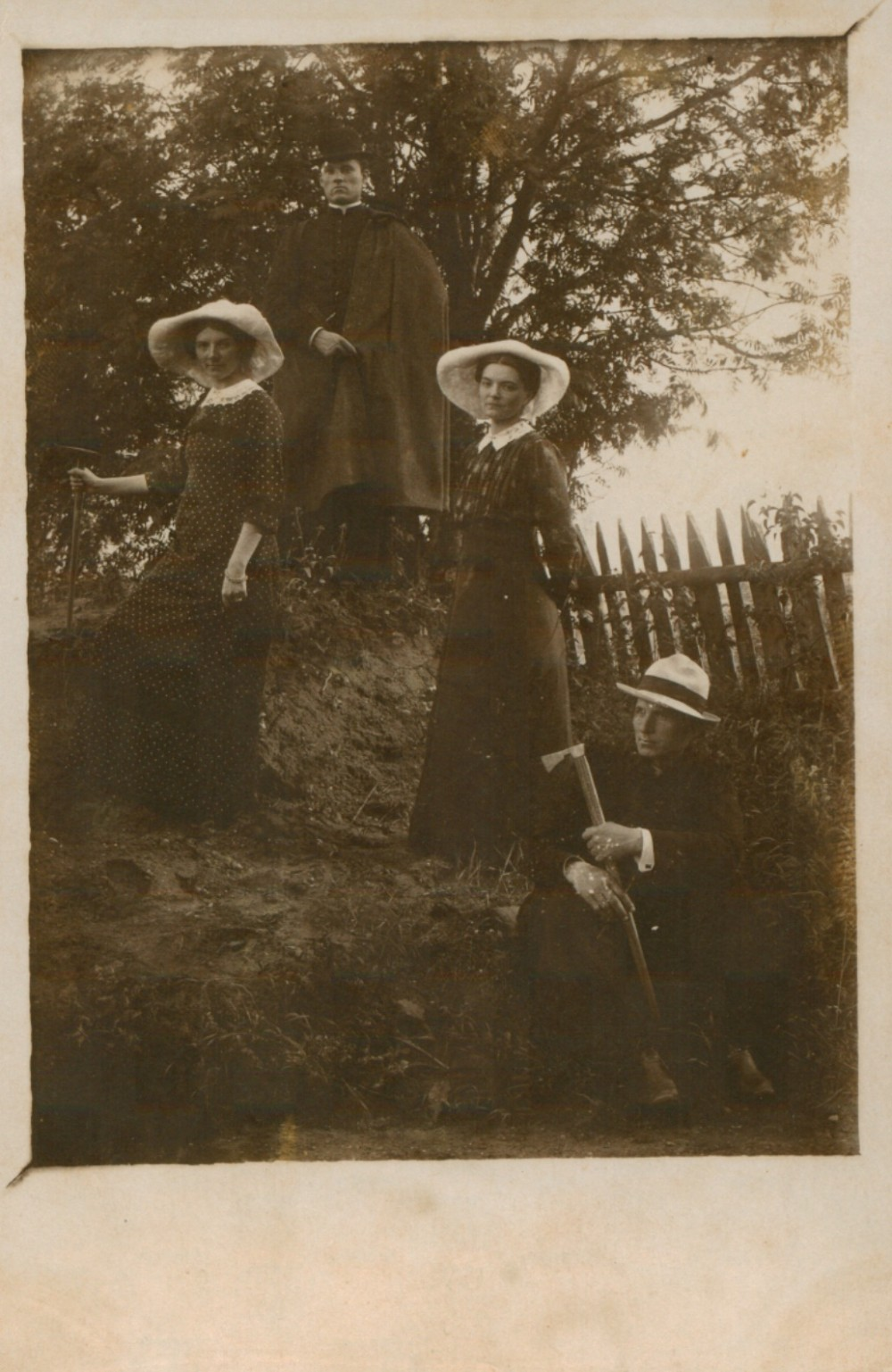 Kun. K. Bukontas (sėdi), Marija ir Sofija Pečkauskaitės, kun. P. Bielskus. Židikai. 1915 m.
