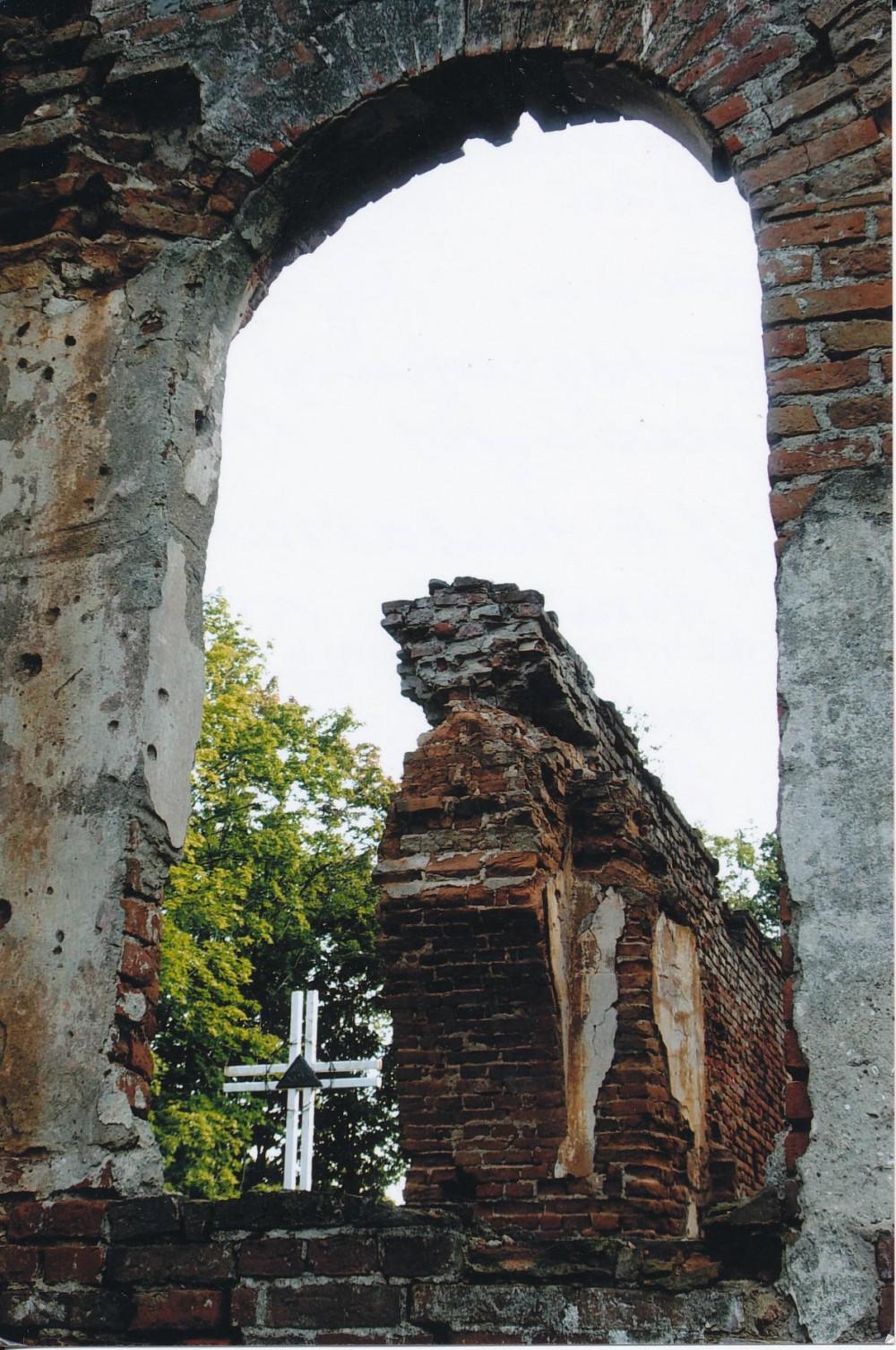 Lankeliškių bažnyčios griuvėsiai. Vilkaviškio rajonas. J. A. Herbačiausko tėvas dirbo šios bažnyčios zakristijonu. Z. Baltrušio nuotrauka. 2006 m.